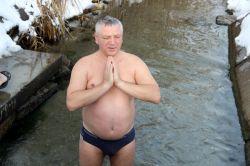 На Крещение сотрудники «Ника-Теры» ныряли в ледяную воду